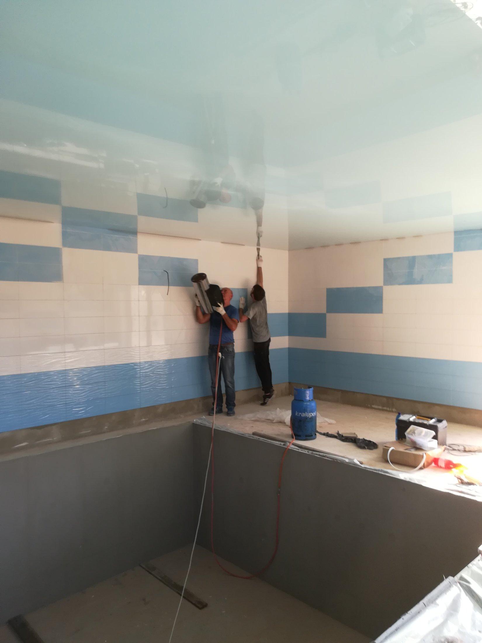 Napínaní strop nad bazénem