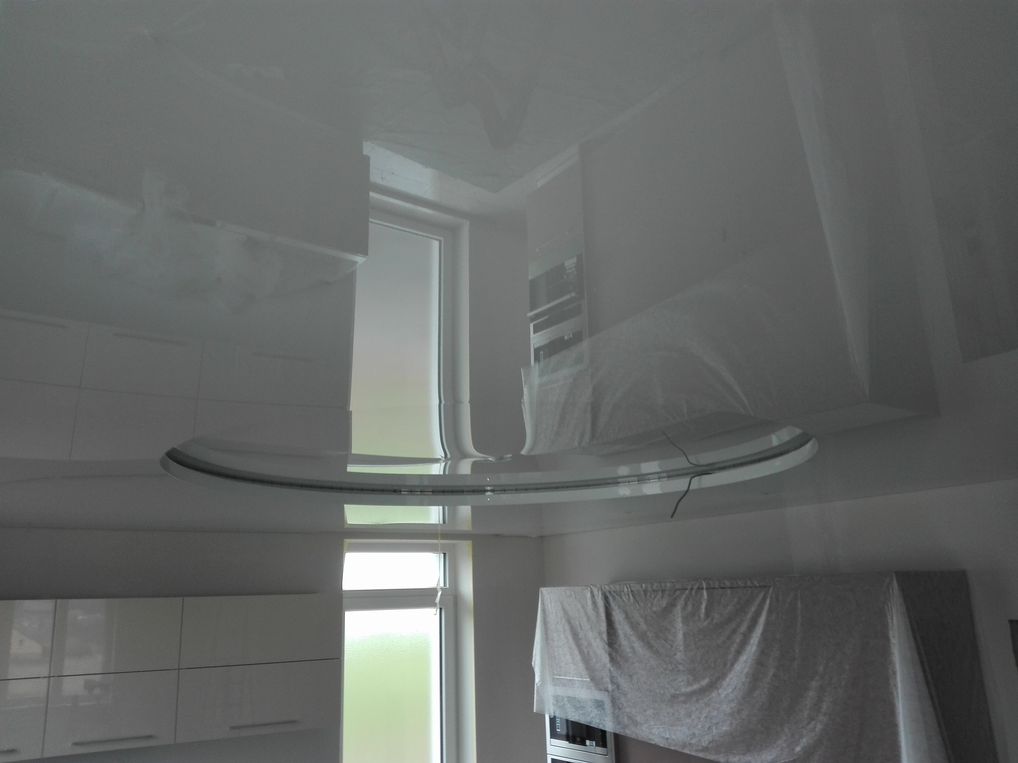 RD Plzeň. Víceúrovňový strop atypického tvaru v obýváku a kuchyni.