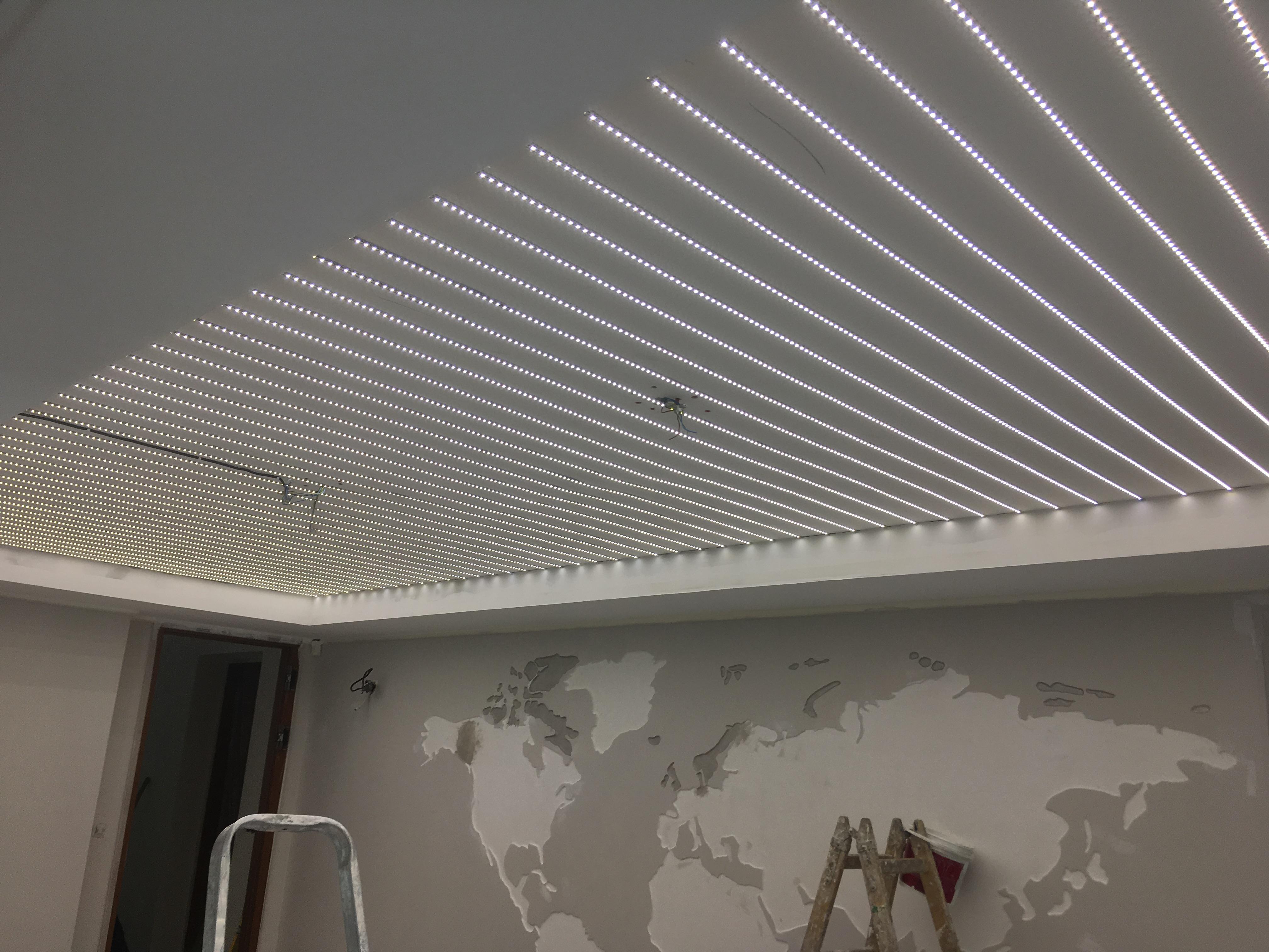 Napínací strop v zasedací místnosti s celoplošným podsvícením