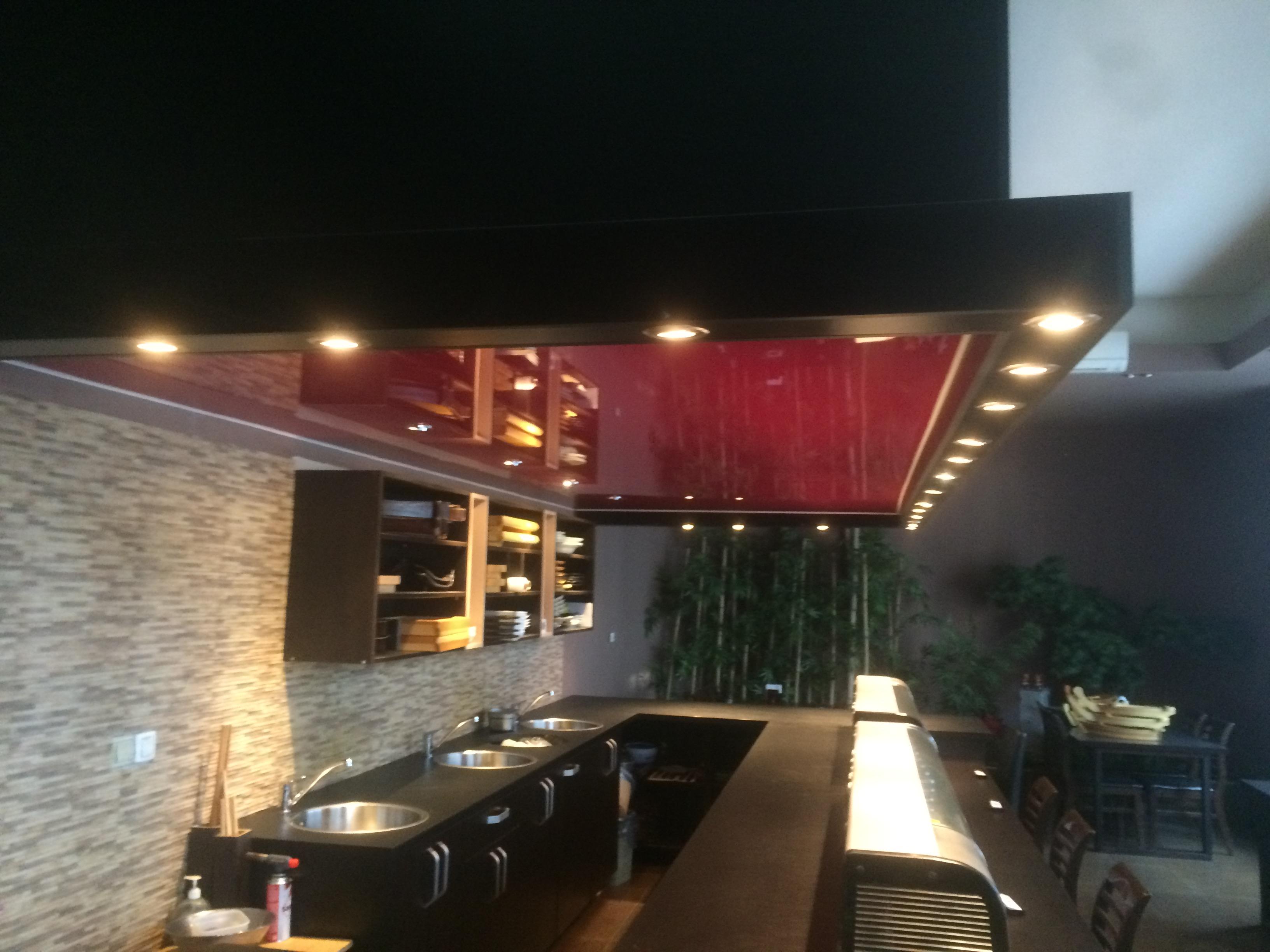 Lesklý stropní podhled v restaurace