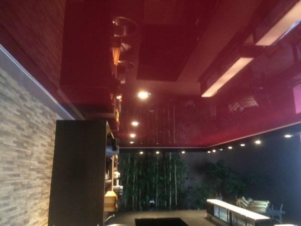 Červený lesklý stropní podhled