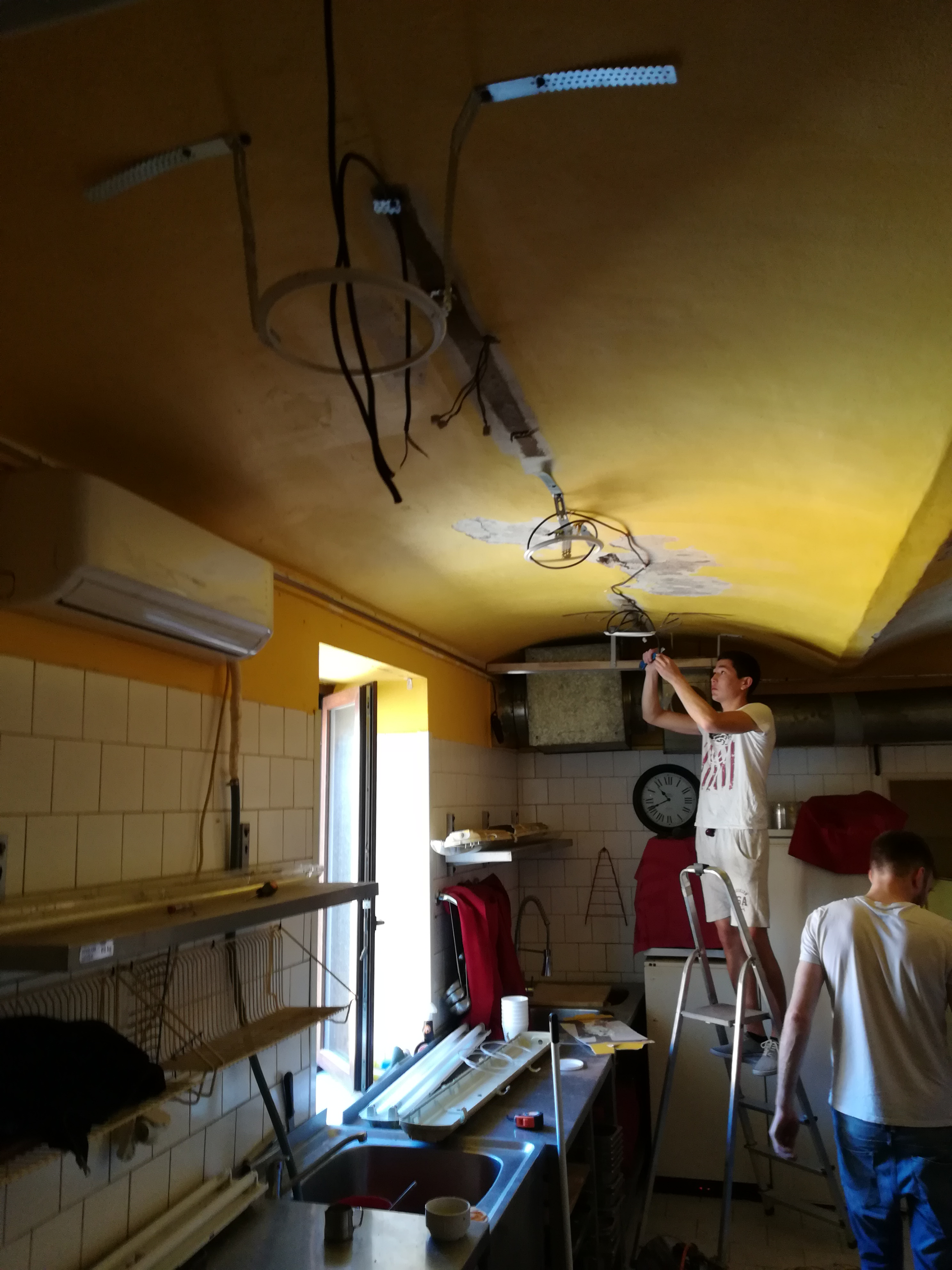 Montaž stropu v kuchyně