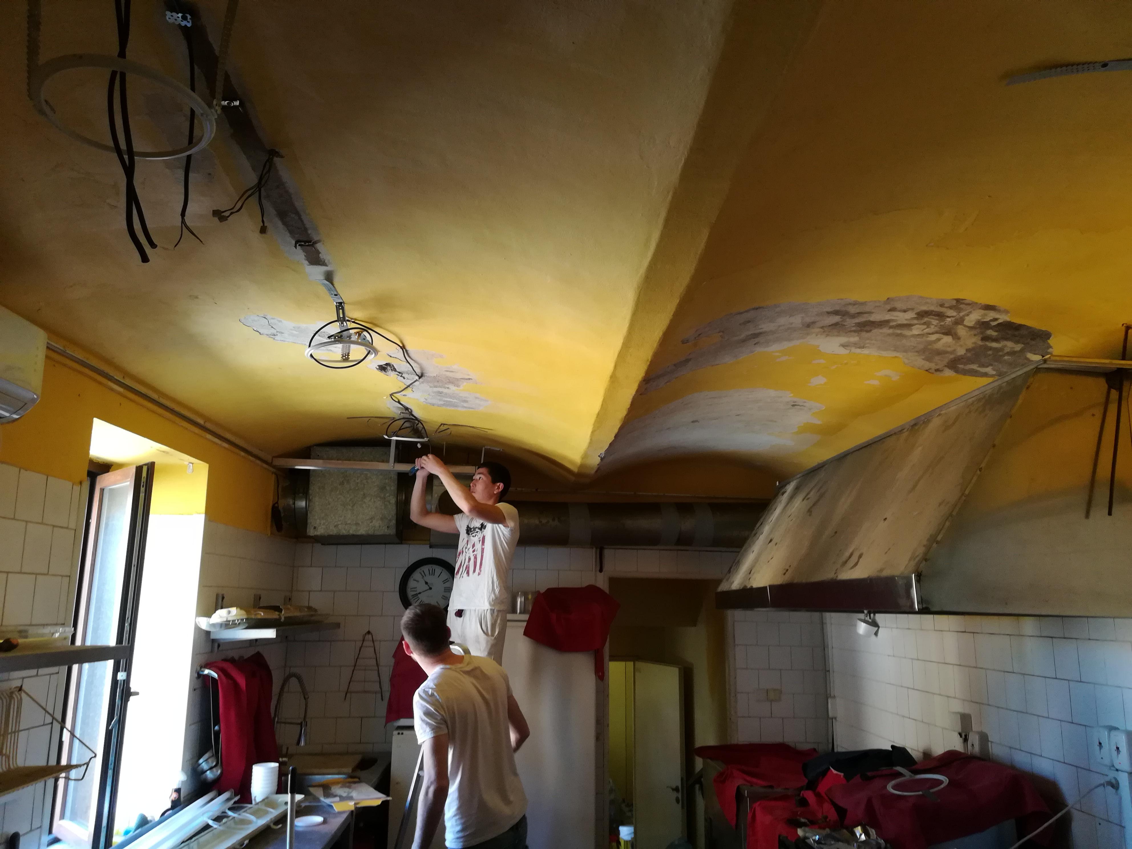 Pnuté stropy v prostorách restaurace