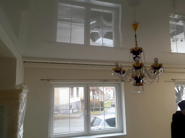 Bílý lesklý napínaný strop