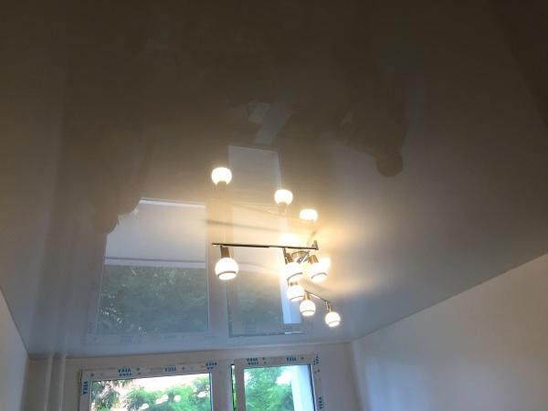 Bílý lesklý stropní podhled
